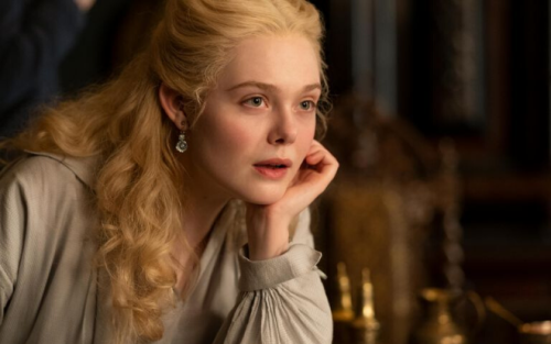 Fan mê mệt lớp make up trong veo của Elle Fanning trong vai Catherine the Great