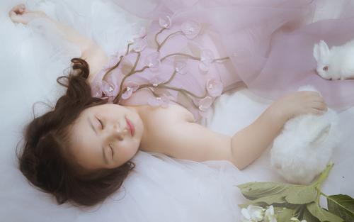 Mẫu nhí 6 tuổi hóa thiên thần hoa mũm mĩm đáng yêu