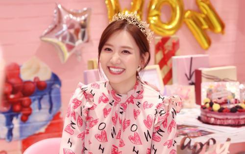 Hari Won xúc động nghẹn ngào khi được fan tổ chức sinh nhật hoành tráng trước thềm tuổi mới