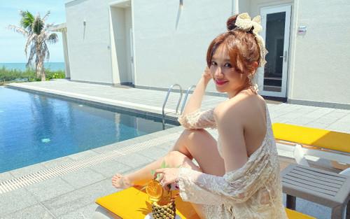 Trấn Thành làm 'phó nháy', ghi lại khoảnh khắc bà xã Hari Won diện áo tắm gợi cảm