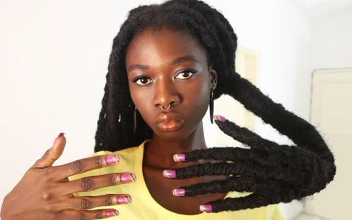 Cô gái có mái tóc rễ tre thô cứng trở thành người mẫu cho Marc Jacobs