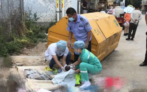 Cặp vợ chồng trẻ vứt con mới lọt lòng cạnh thùng rác vì không muốn nuôi