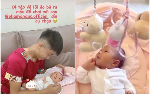 Phan Văn Đức mặc luôn áo của mẹ để chơi với con gái, nguyên nhân tiết lộ khiến ai cũng phì cười