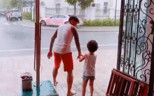 Góc đáng yêu: Hương Baby hạnh phúc khoe Tuấn Hưng và con trai vừa nhảy múa vừa tắm mưa