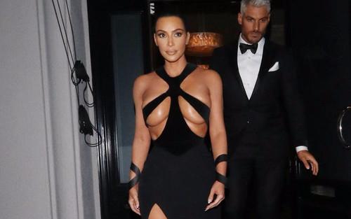 Chị em nhà Kardashian-Jenner thích mặc váy xuyên thấu, cắt xẻ tức mắt khán giả
