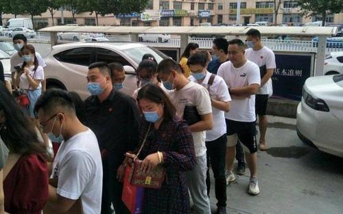 Phòng đăng ký kết hôn khắp Trung Quốc 'thất thủ' trong ngày lễ Thất Tịch: Người đứng xếp hàng từ nửa đêm, kẻ đặt lịch trước nửa tháng