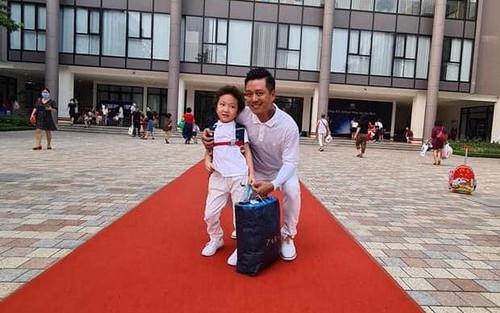 Tuấn Hưng cùng bà xã đưa bé Su Hào đến trường trong ngày đầu bước vào lớp 1