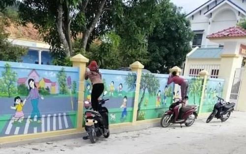 Ngày đầu đưa con đi học mầm non, vừa ra khỏi cổng trường mẹ liền có hành động 'lạ' khiến nhiều người đồng cảm
