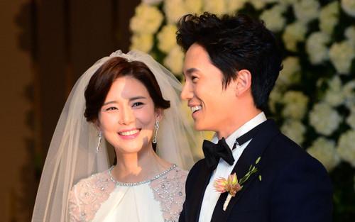 Ji Sung - Lee Bo Young kỷ niệm 7 năm ngày cưới: 'Chị gái ế 38 năm' Han Ji Min lập tức bình luận