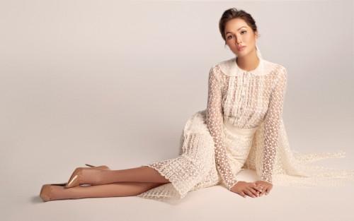 Thích thú với những mẫu váy cưới lạ mắt mà vẫn quyến rũ của H'Hen Niê