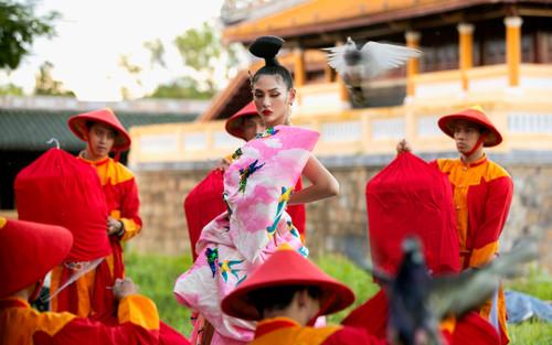 Võ Hoàng Yến khiến fan choáng ngợp khi thả 500 chú chim, hoá cung phi uy quyền giữa Đại Nội Huế