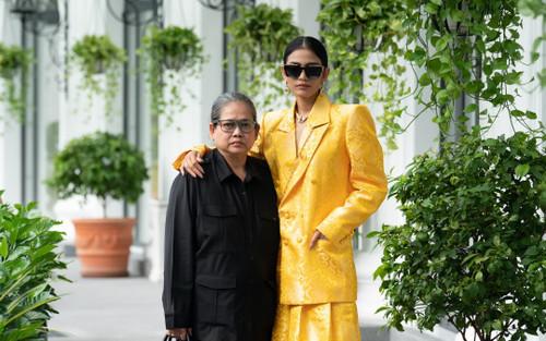 Trương Thị May đẹp sắc sảo với vest khổng lồ, cùng mẹ dự show thời trang