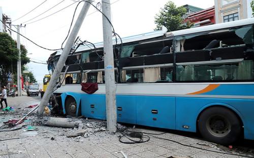 Xe khách giường nằm đâm gãy cột điện trên quốc lộ, 20 hành khách may mắn thoát nạn