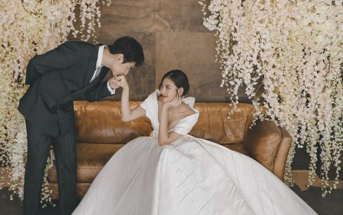 Chúng Huyền Thanh diện váy cúp ngực, khoe vòng 1 gợi cảm trong bộ ảnh kỉ niệm 3 năm ngày cưới