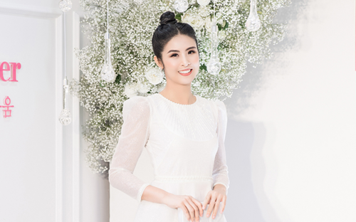 Ngọc Hân diện váy trắng nền nã tham dự sự kiện trước thông tin sắp tổ chức đám cưới