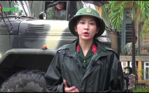 Tác nghiệp vùng lũ miền Trung, nữ phóng viên 'lọt mắt xanh' dân mạng bởi nhan sắc xinh đẹp cuốn hút