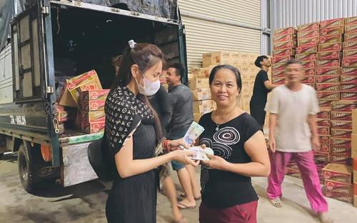 FC Thủy Tiên phản ứng gay gắt khi thần tượng bị 'soi mói' trang phục đi làm từ thiện tại vùng lũ