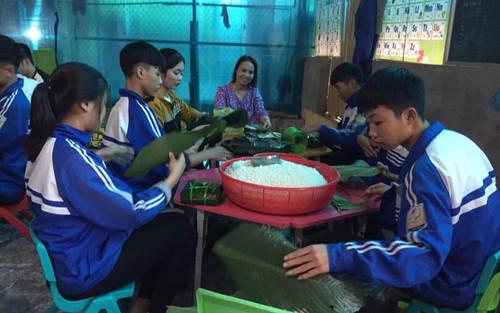 Học sinh THPT ở Nghệ An 'xuyên đêm' gói bánh chưng tiếp tế cho bà con miền Trung