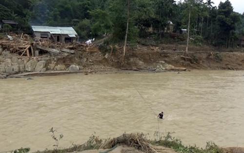 Lũ cuốn trôi cầu gây cô lập, người dân ngôi làng ở Quảng Nam bắc dây cáp qua sông