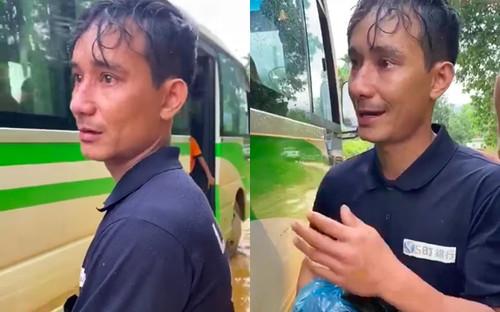 Người đàn ông trở về quê nhà sau khi hay tin vụ sạt lở, bật khóc 'Em không cần tiền, chỉ xin xe đi thôi'