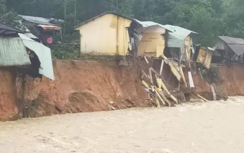 Một ngôi làng ở Trà Leng có nguy cơ bị 'xóa sổ' sau trận sạt lở nghiêm trọng do mưa lũ