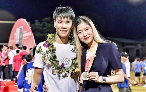 Bạn gái cầu thủ Hà Nội FC du học Anh về nước, cách li 14 ngày