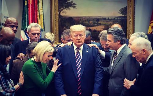 Sự thật bức ảnh Tổng thống Trump đứng không vững, cần người đỡ khi ứng viên Joe Biden giành chiến thắng