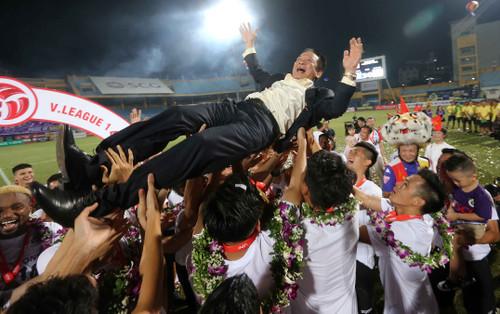 Hà Nội FC về nhì, bầu Hiển bảo: 'Quan trọng là vô địch trong lòng người hâm mộ'