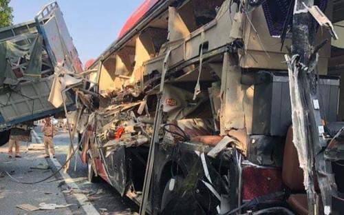 Xe khách biến dạng, hư hỏng nặng sau va chạm với xe tải trên cao tốc