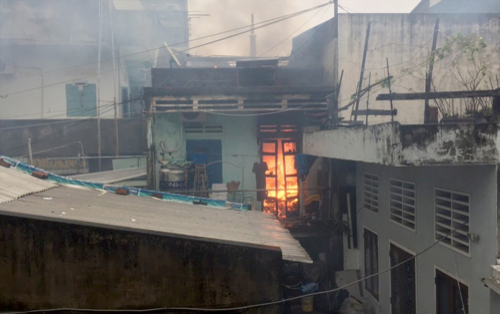 Một nhà dân ở Bình Định bất ngờ bốc cháy giữa mưa bão số 12