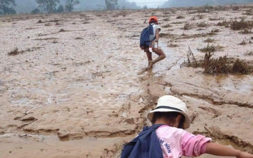 Sau lũ, hình ảnh học sinh vùng cao lội bùn ngập đầu gối đến trường khiến bao người xót xa