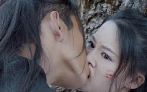 Vương Đại Lục nhập tâm hôn Lý Thấm đến mức khiến miệng bạn diễn bị biến dạng