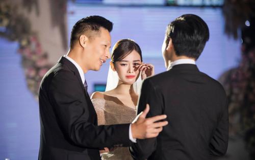 Hé lộ những khoảnh khắc ngọt ngào của Tường San bên cạnh chú rể trong lễ cưới