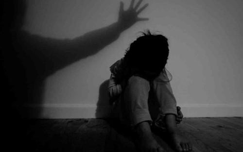 Mẹ phát hiện vùng kín con gái 10 tuổi bị khuyết tật có điều bất thường trong lúc tắm, nghi bị xâm hại