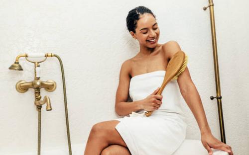 5 công dụng làm đẹp tuyệt vời của liệu pháp chải khô cơ thể