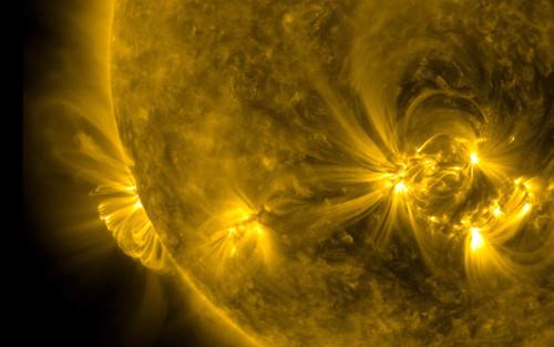 Bão Mặt Trời khổng lồ 'ghé thăm' Trái Đất: Nguy cơ mất tín hiệu truyền thông, định vị, lưới điện