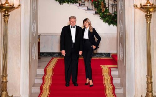 Vợ chồng Tổng thống Trump mặc trang phục ton sur ton chụp ảnh Giáng sinh
