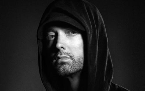 Eminem gửi lời xin lỗi đến Rihanna trong ca khúc mới.