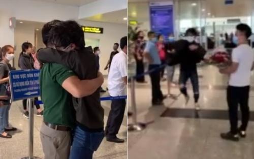 Vừa gặp lại gia đình ở sân bay, du học sinh vứt cả vali chạy đến ôm lấy bố khiến người xem xúc động