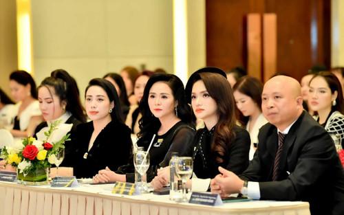 Nữ doanh nhân Phạm Quỳnh xuất hiện cùng Hoa hậu Hương Giang