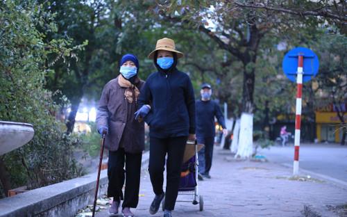 Người Hà Nội co ro trong rét đậm rét hại 9 độ C ngày cuối cùng của năm