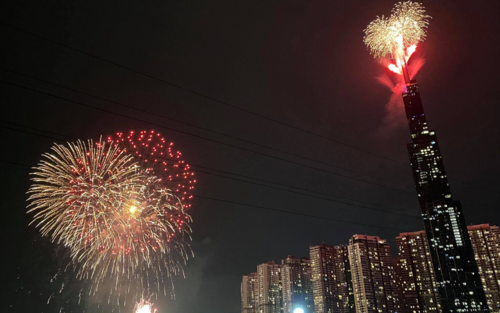 Người Sài Gòn háo hức ngóng chờ pháo bông tạm biệt năm cũ, đón mừng năm mới 2021