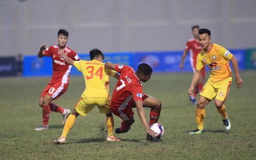 HLV Trương Việt Hoàng chê mặt sân Thanh Hóa sau trận hòa của Viettel