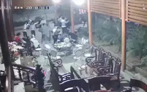 Đang chúc Tết, người đàn ông bị nhóm côn đồ khoảng 20 người cầm dao xông vào chém loạn xạ