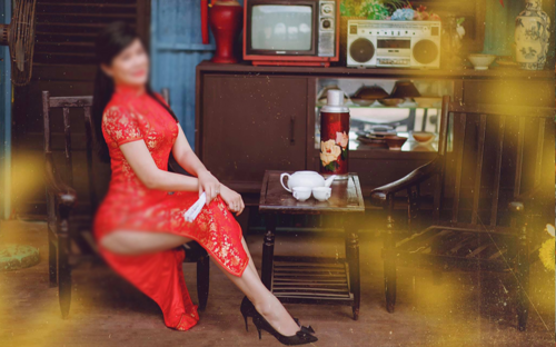 Người phụ nữ lớn tuổi bị chỉ trích vì chụp ảnh mừng xuân để lộ vòng 3 phản cảm