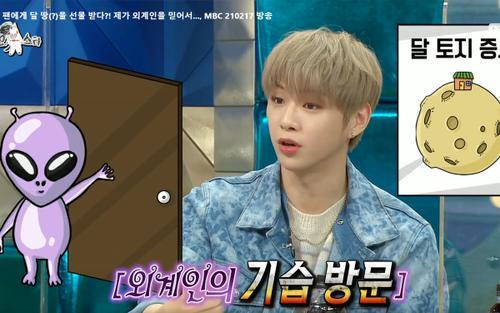 Fan chia sẻ rần rần phản ứng thú vị của Kang Daniel khi được fan tặng... giấy tờ đất 'trên mặt trăng'