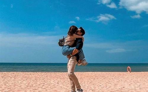 Nghi vấn Thái Trinh hôn đắm đuối bạn trai tin đồn trên bãi biển