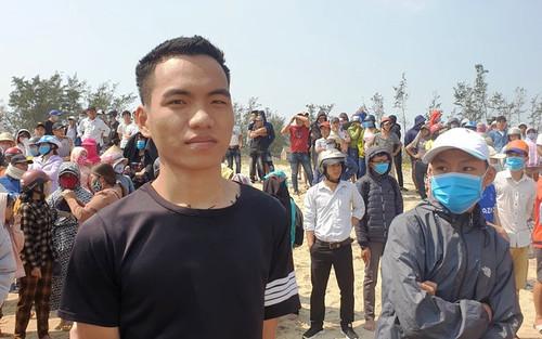 Nam thanh niên 20 tuổi lao ra vùng biển xoáy cứu sống 3 em học sinh đuối nước