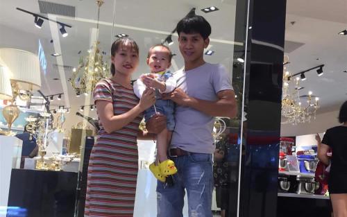 Khoảnh khắc hạnh phúc của anh Nguyễn Ngọc Mạnh khi được vợ tặng áo thu hút triệu view