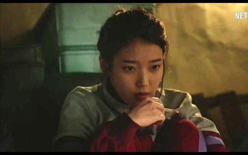 Những khoảnh khắc hiếm hoi idol hút thuốc lá trên màn ảnh: IU 'cool ngầu', D.O trông hơi fail